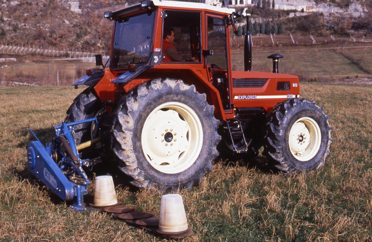 [SAME] trattore Explorer 80 al lavoro con barra falciante e rimorchio
