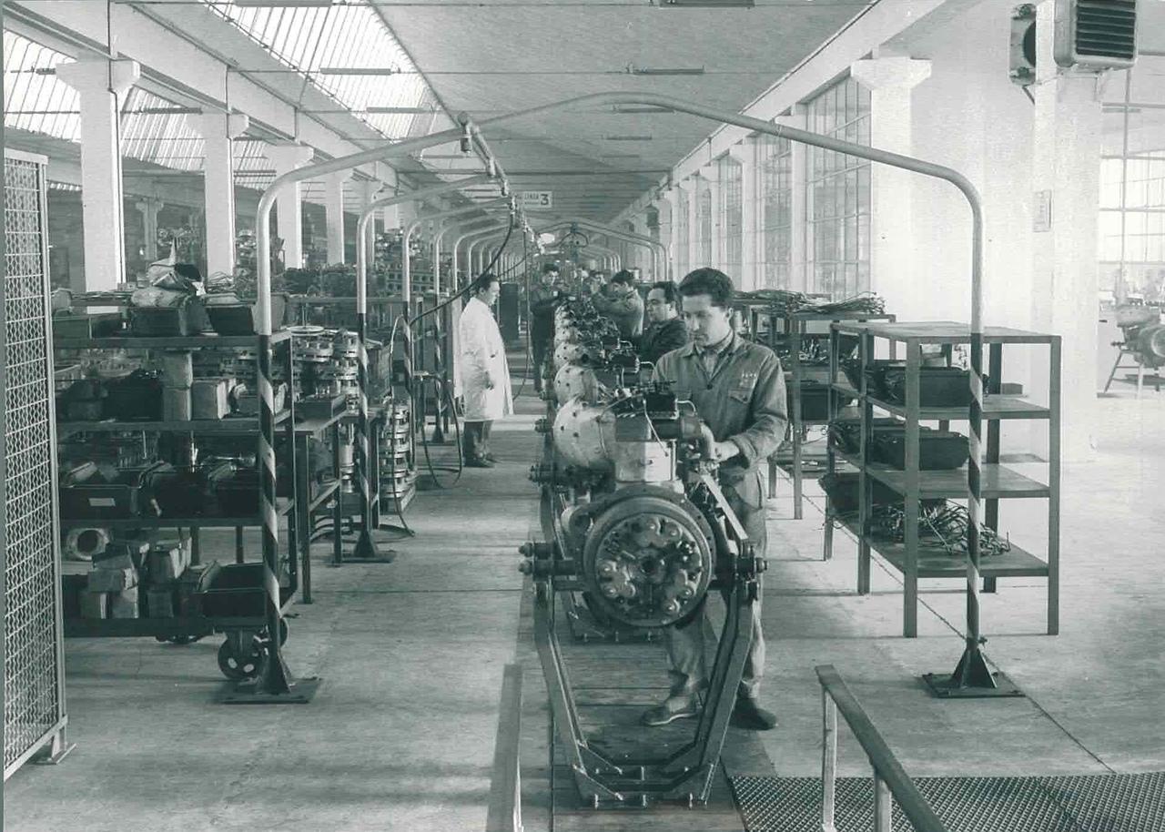 Stabilimento Same - Operaio al lavoro alla catena di montaggio motori