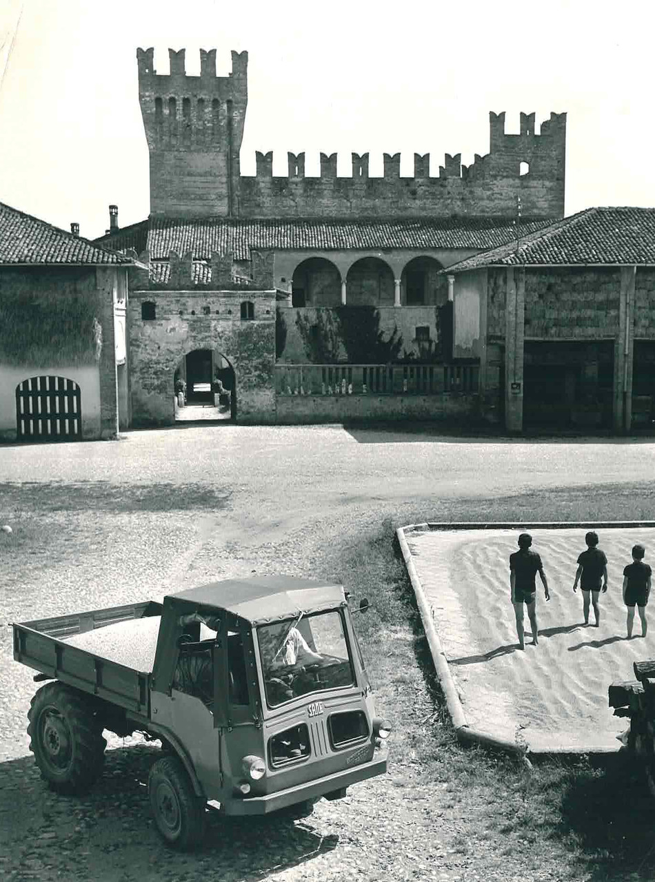 Samecar Agricolo nel cortile del castello di Malpaga