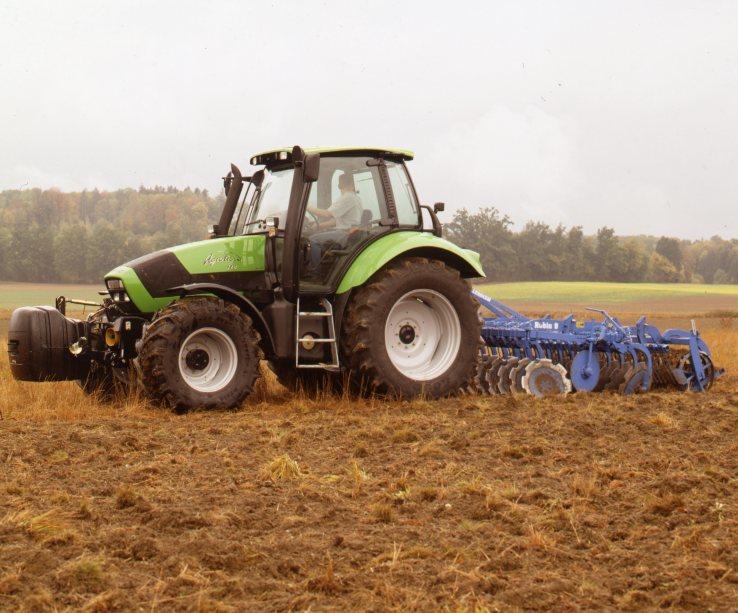 [Deutz-Fahr] trattore Agrotron 128 al lavoro con erpice