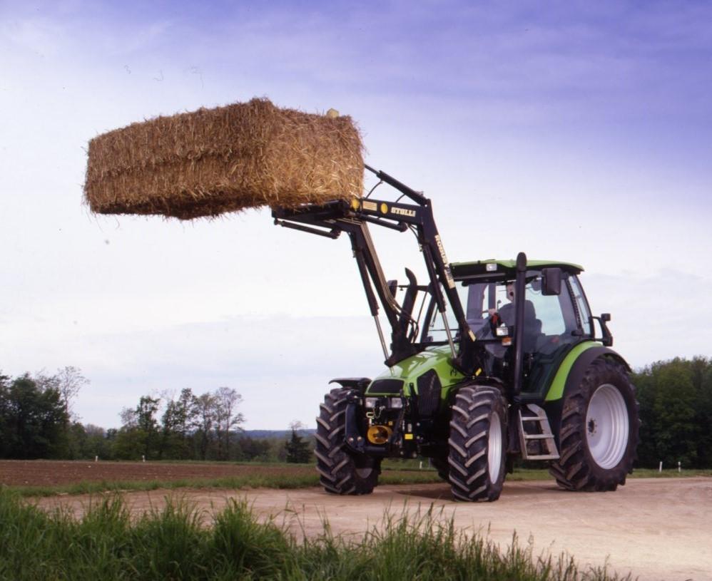 [Deutz-Fahr] trattore Agrotron 100 al lavoro con forca