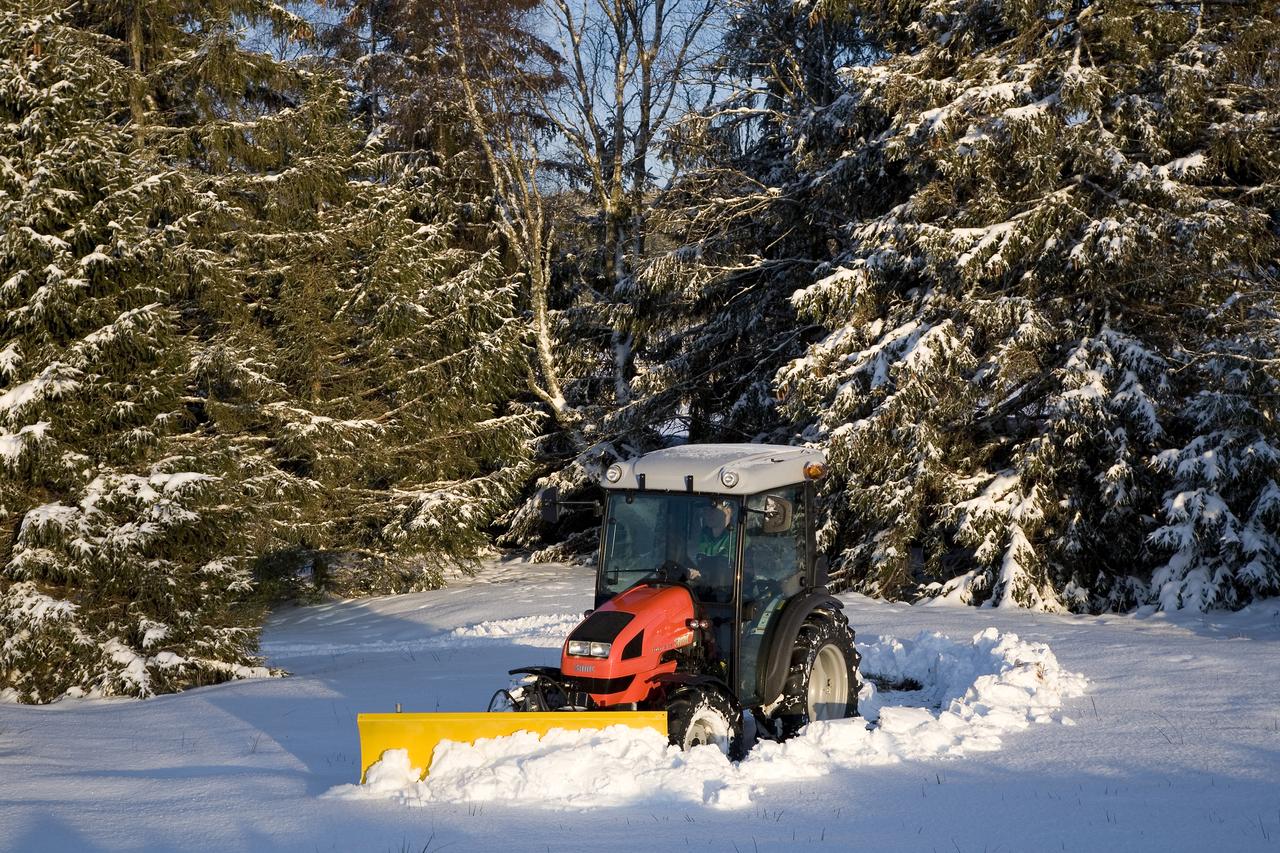 [SAME] trattore Solaris 55, prove con benna per spalare la neve nella Foresta Nera