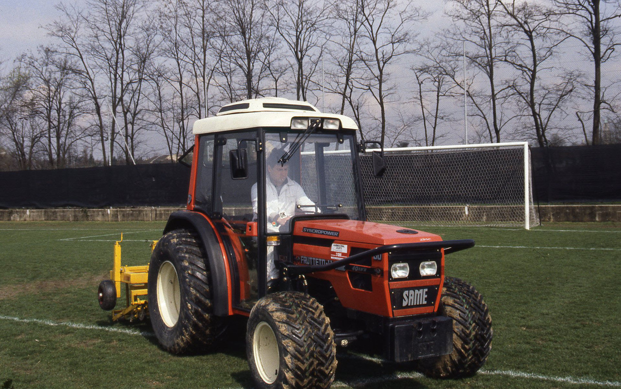 [SAME] trattori Solaris e Frutteto al lavoro in un campo di calcio