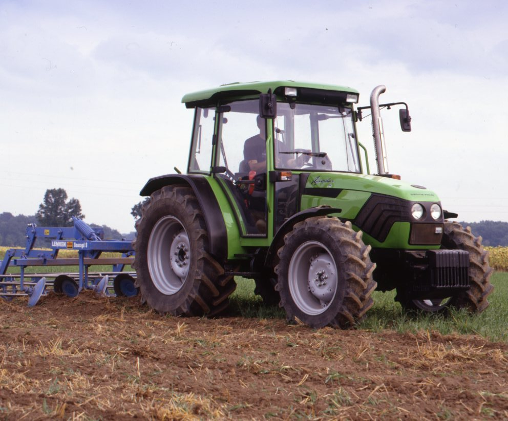 [Deutz-Fahr] trattore Agroplus 70 al lavoro con erpice