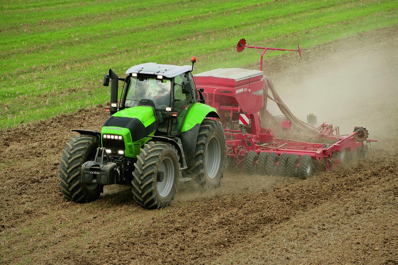 [Deutz-Fahr] trattore Agrotron X 720 al lavoro in campo con erpice e seminatrice