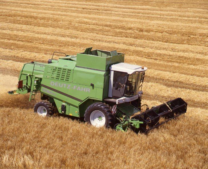 [Deutz-Fahr] mietitrebbia 5585 H e trattore Agrotron K 120 Profiline con rimorchio al lavoro