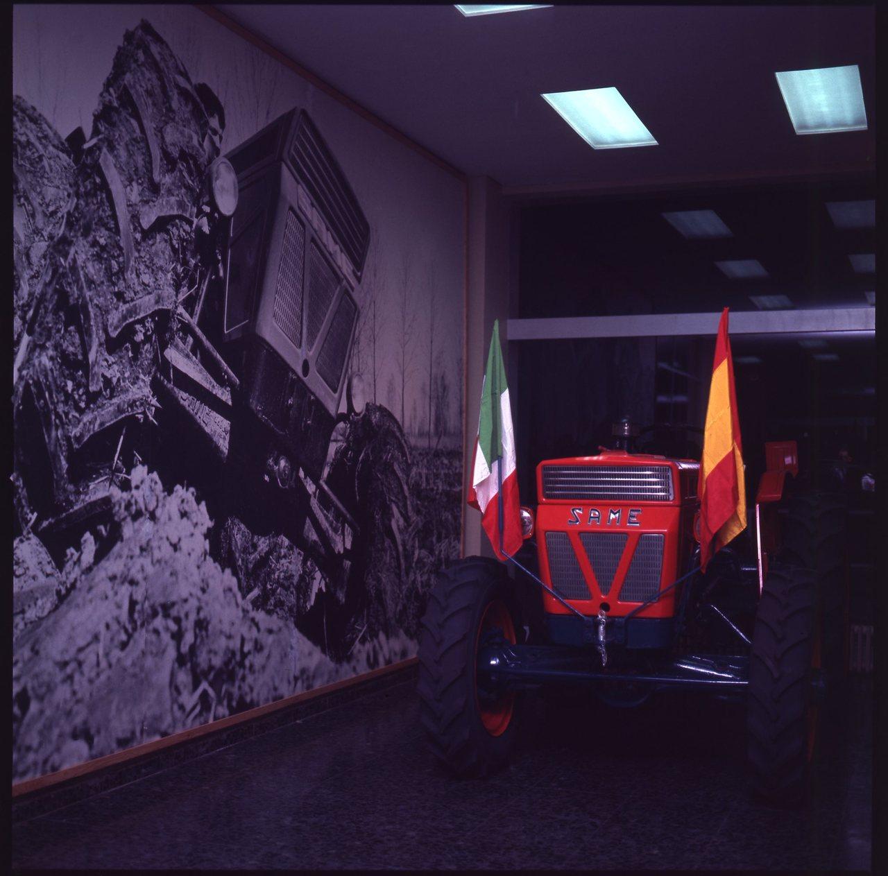 Diapositive Inaugurazione della Sede Same di Madrid, 30.9.68 [trattori in esposizione]