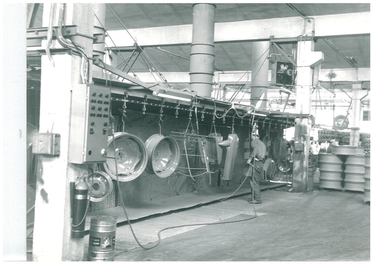 Stabilimento Same - Operaio al lavoro nel reparto verniciatura