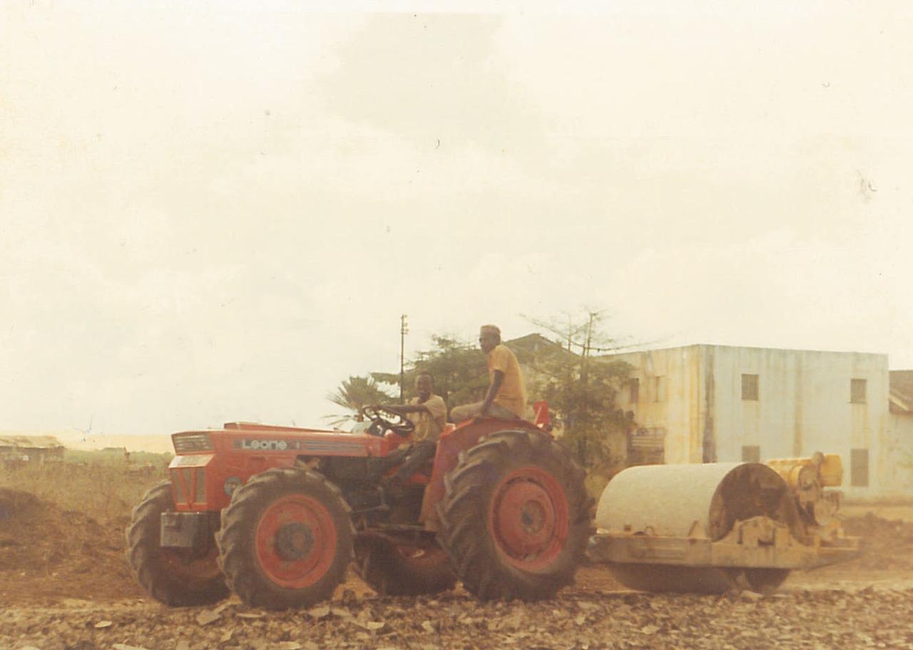 Trattore SAME Leone 70 al lavoro con rullo in Africa