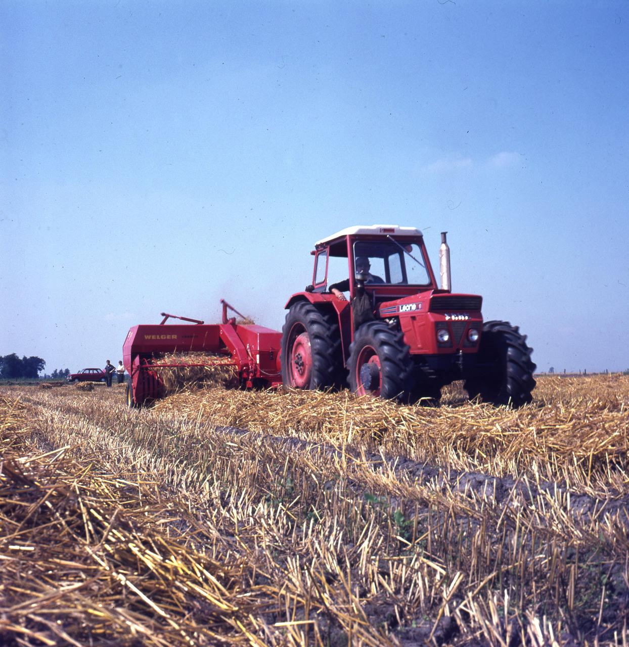 [SAME] trattore Leone 70 al lavoro con macchina per pressare la paglia
