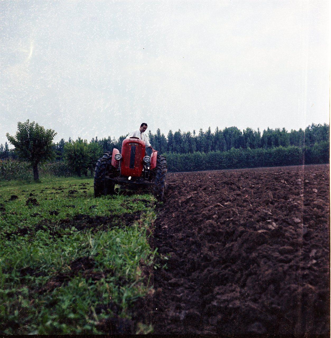 [SAME] trattore 360 al lavoro con aratro