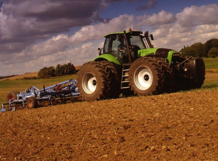[Deutz-Fahr] trattore Agrotron 265 al lavoro con erpice