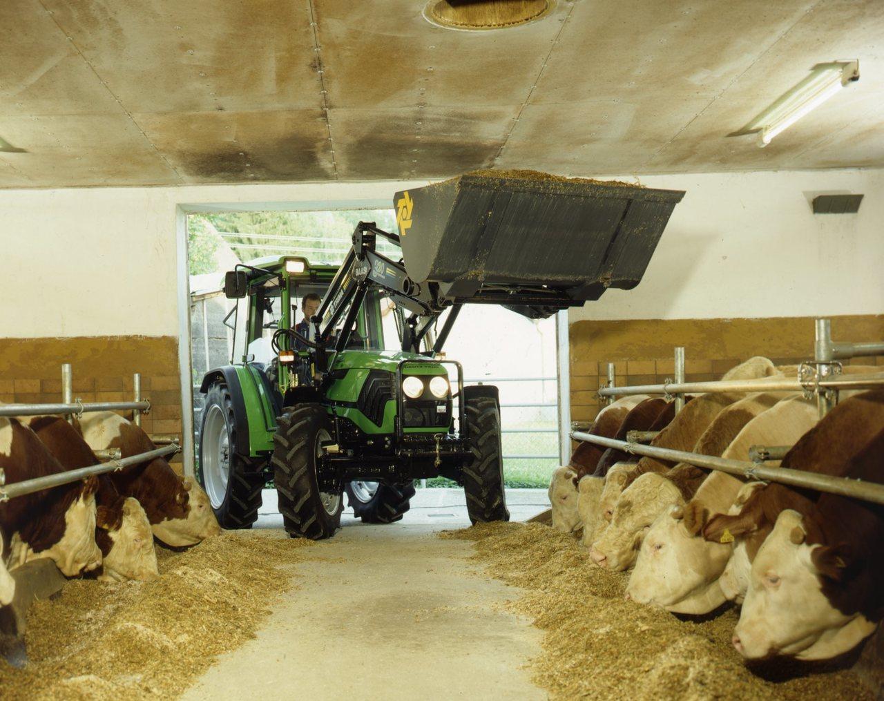 [Deutz-Fahr] trattore Agroplus 70 durante lavoro in azienda