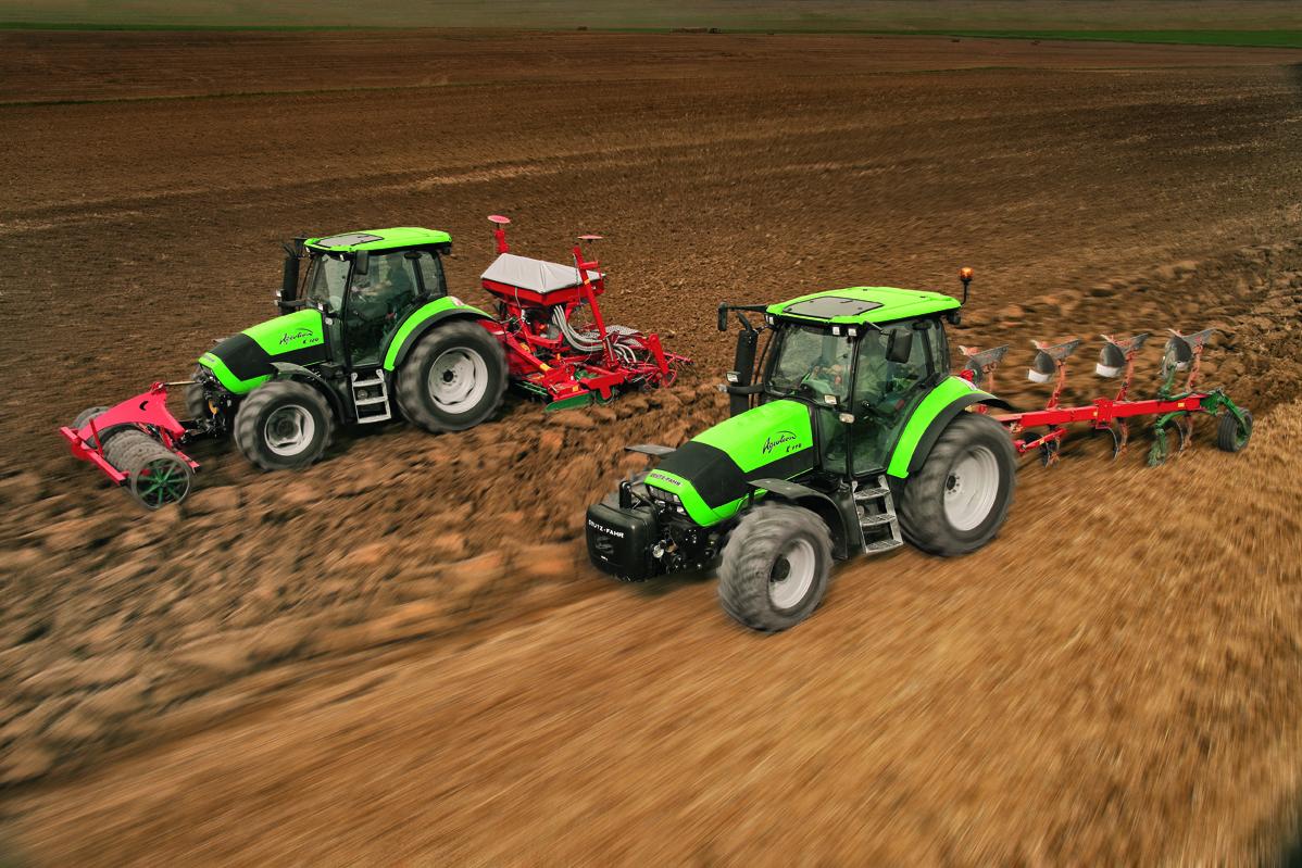 [Deutz-Fahr] trattore Agrotron K 110 al lavoro con aratro reversibile e trattore Agrotron K 120 al lavoro con rullo e seminatrice