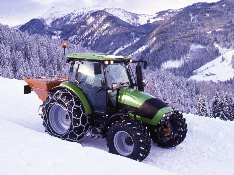 [Deutz-Fahr] trattore Agrotron K 100 al lavoro con attrezzatura per spalare la neve