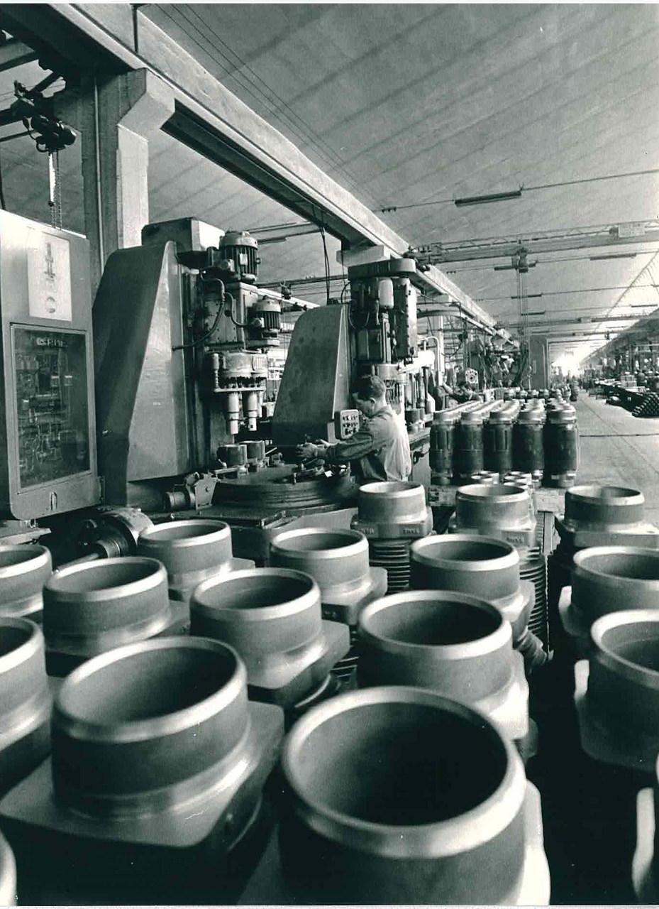 Stabilimento Same - Reparto officina, operaio al lavoro