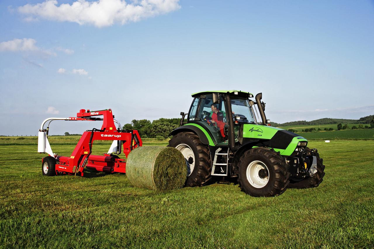 [Deutz-Fahr] trattore Agrotron 120 al lavoro con rotoimballatrice