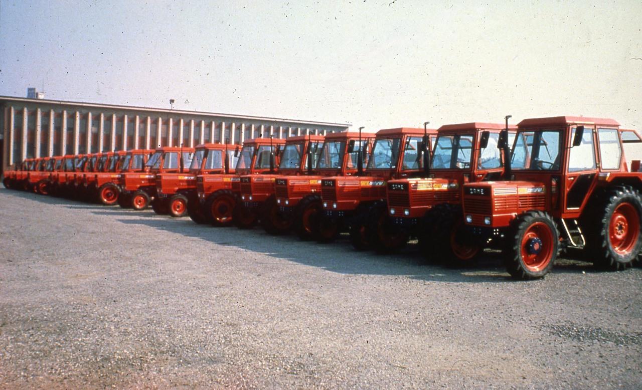 [SAME] trattori serie Centurion allineati sul piazzale dello stabilimento di Treviglio