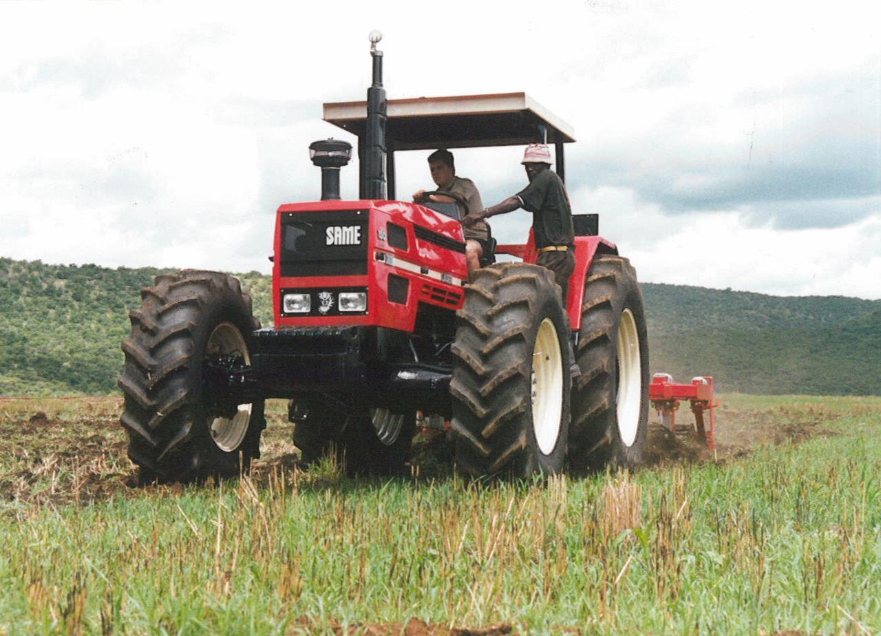 Trattore SAME Laser 150 in aratura in Africa