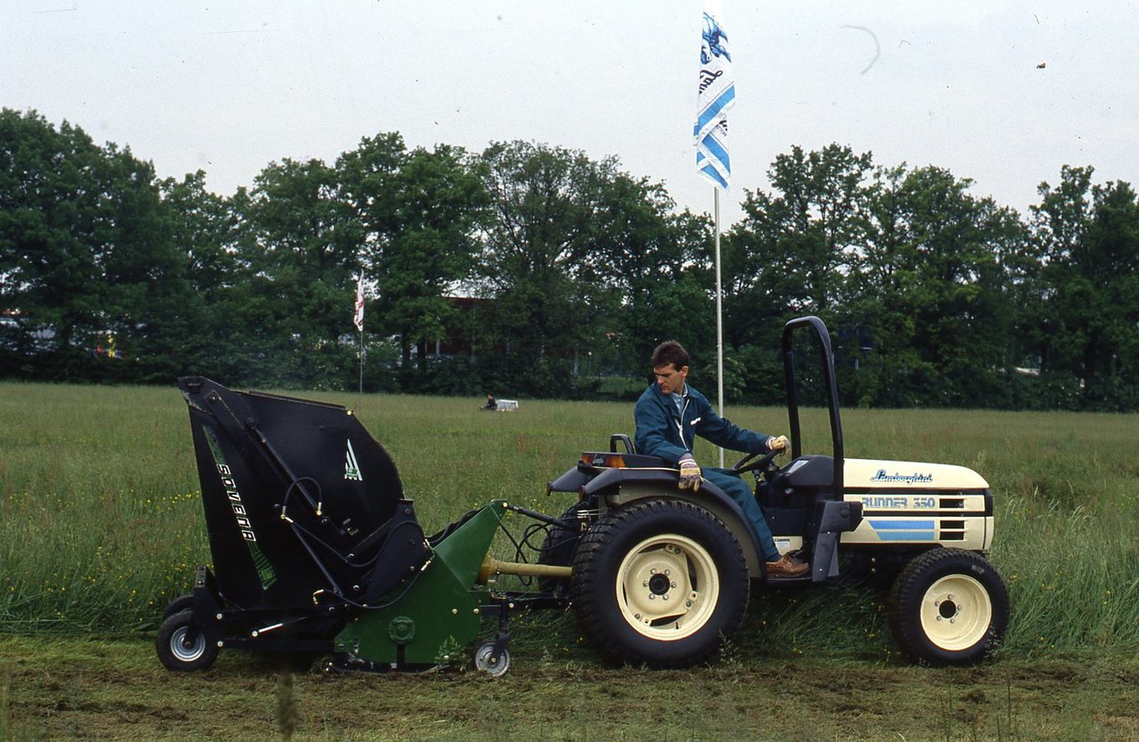 Dimostrazione in campo del Runner 350 con attrezzatura per lo sfalcio dell'erba