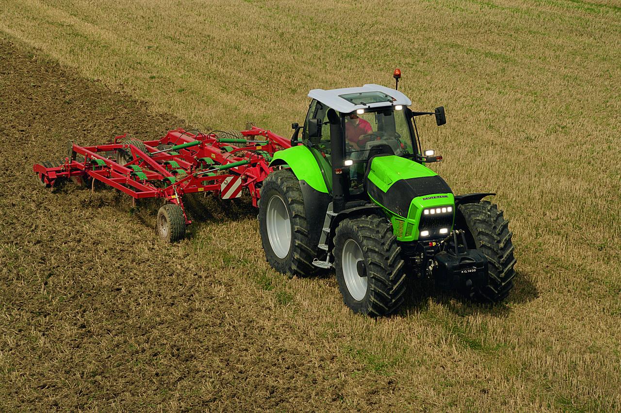 [Deutz-Fahr] trattore Agrotron X 720 al lavoro in campo con ripuntatore ed erpice
