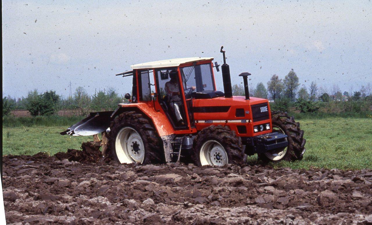 [SAME] trattore Laser 110 al lavoro con aratro