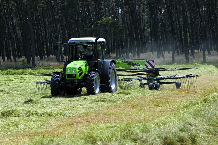 [Deutz-Fahr] trattore Agroplus 67 al lavoro con barre falcianti e andanatore