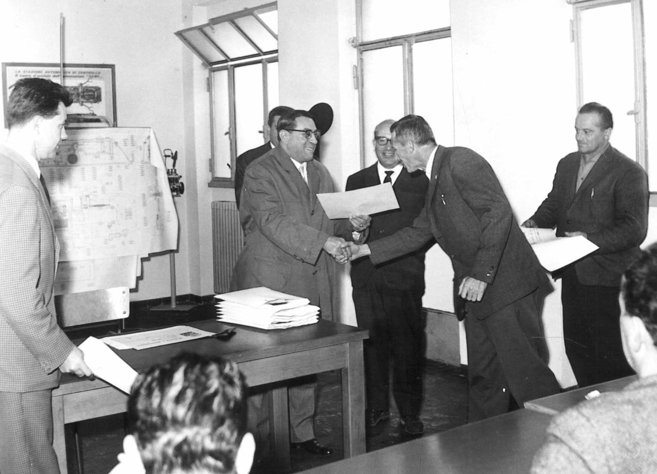 Ing. Francesco Cassani consegna i diplomi di partecipazione al corso meccanici SAME