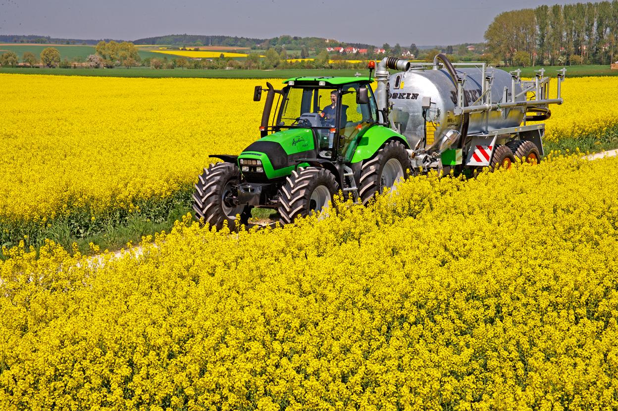 [Deutz-Fahr] trattore Agrotron 165.7 con carrobotte tra campi di colza
