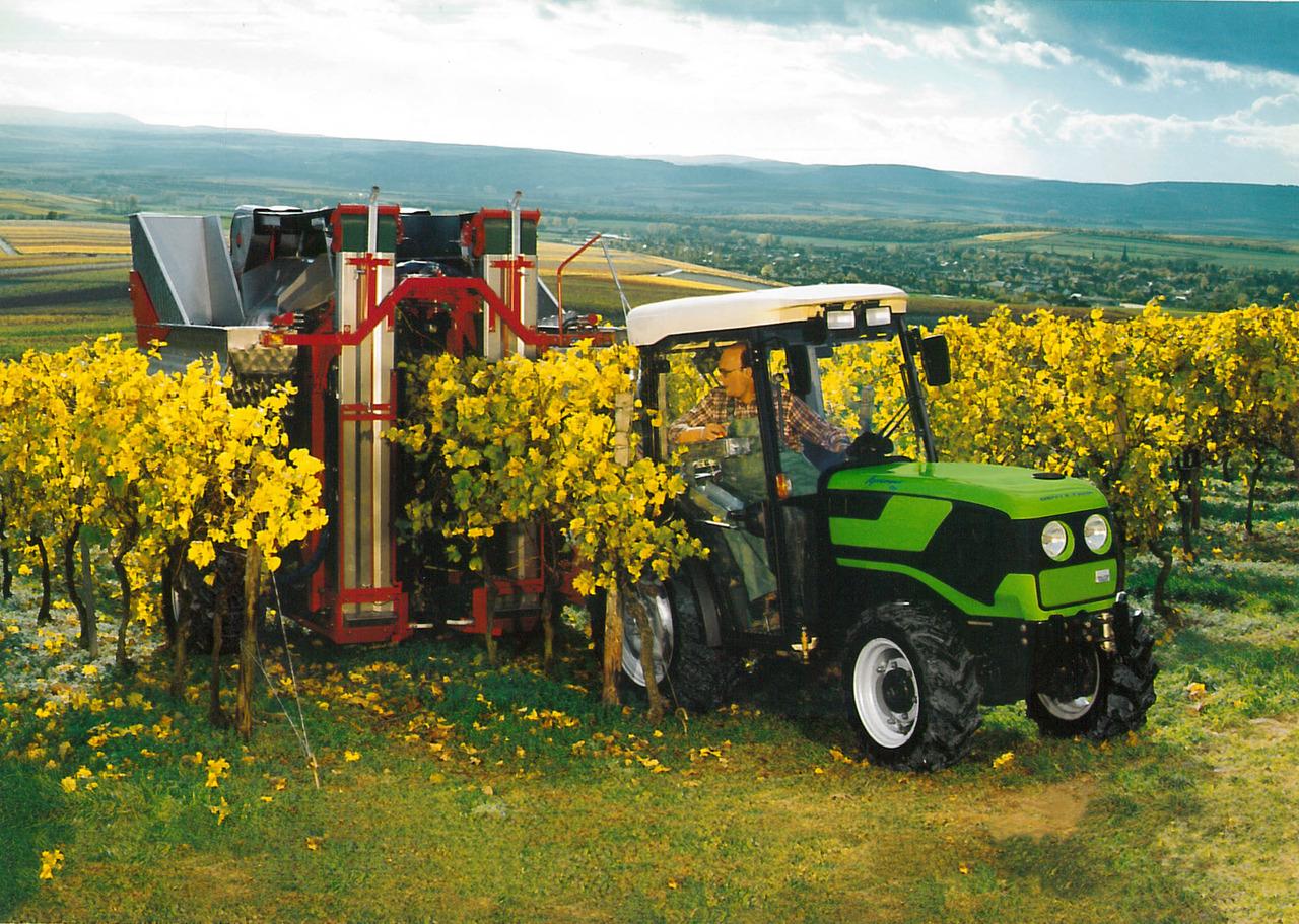 [Deutz-Fahr] trattore AgroCompact al lavoro