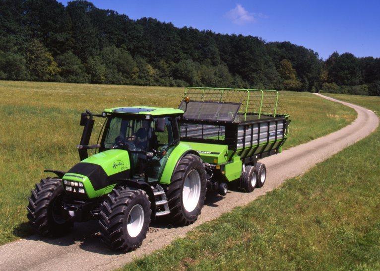 [Deutz-Fahr] trattore Agrotron K 110 al lavoro con rimorchio per caricamento del fieno K 7.36