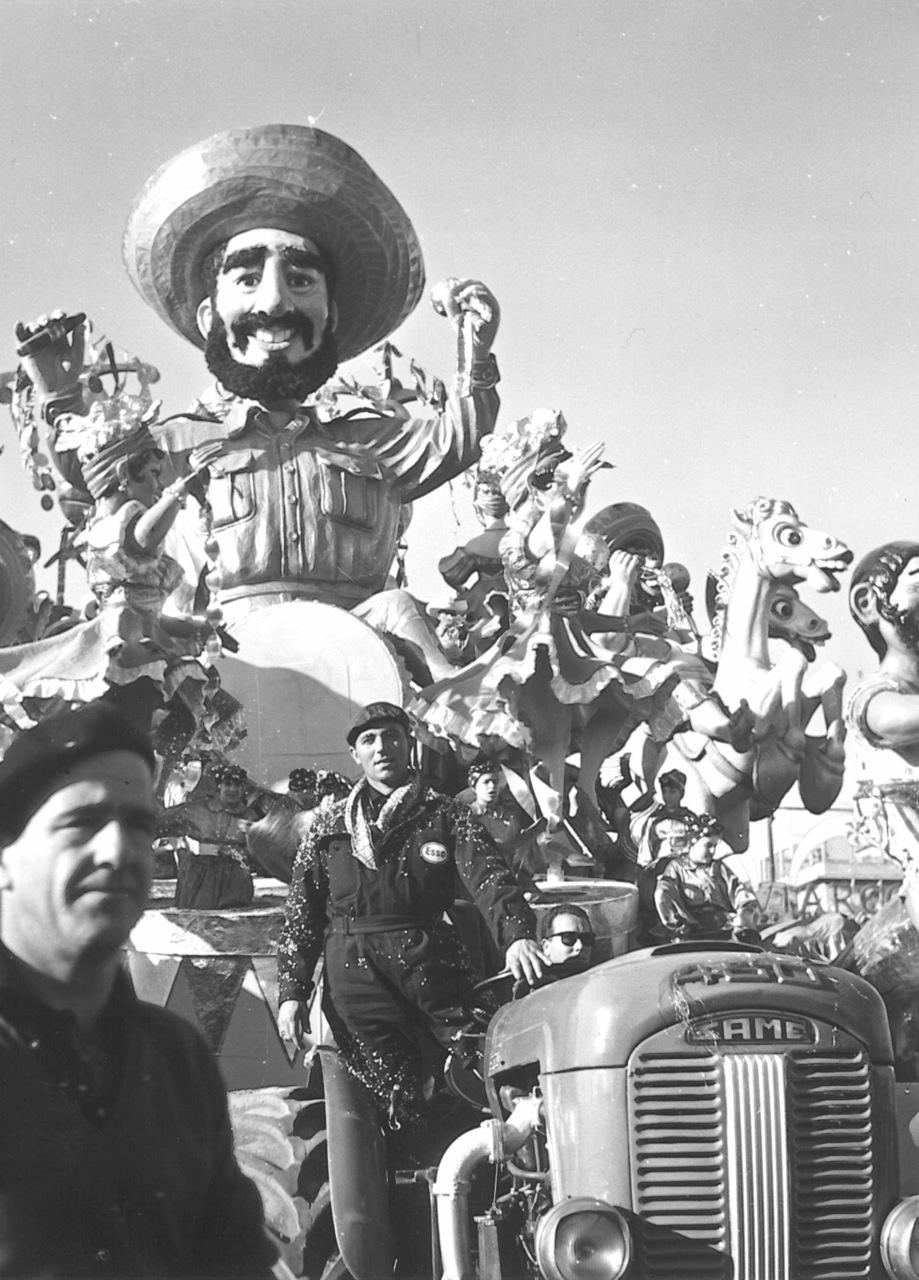 Carnevale di Viareggio con la presenza di trattori SAME