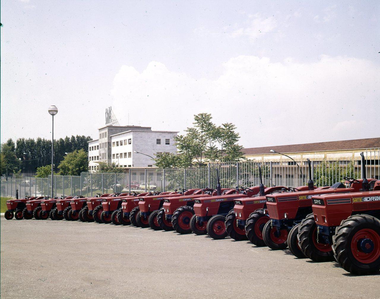 [SAME] Parata di trattori davanti allo stabilimento - Treviglio (BG), maggio 1972