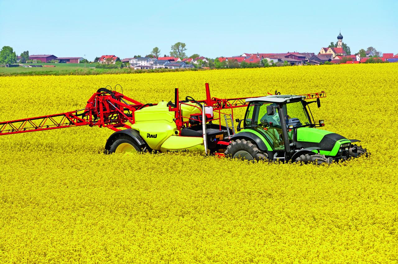 [Deutz-Fahr] trattore Agrotron 165.7 al lavoro con irroratrice in un campo di colza