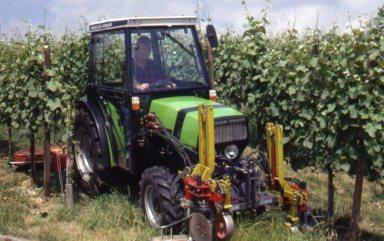 [Deutz-Fahr] trattore Agrocompact al lavoro nei filari