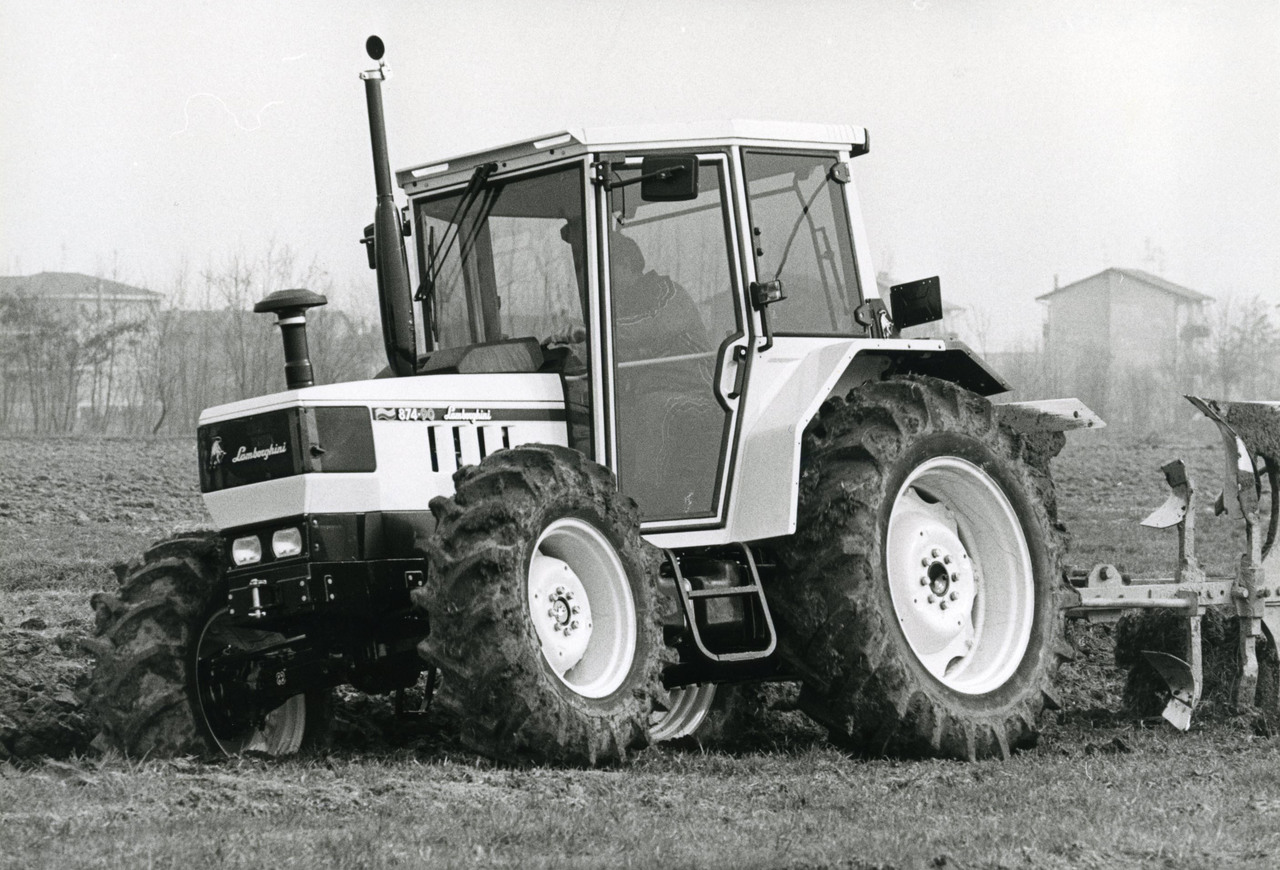 [Lamborghini] Trattore modello 874-90 al lavoro con aratro