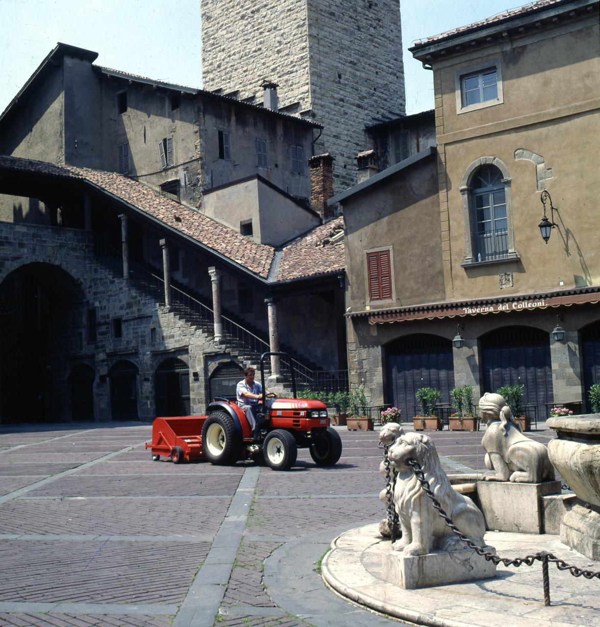 [SAME] trattore Solaris 35 in Piazza Vecchia a Bergamo Alta