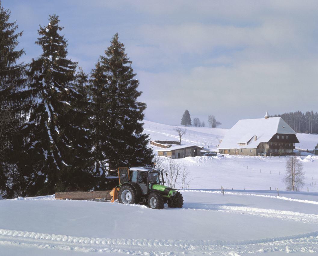[Deutz-Fahr] trattore Agrofarm 100 al lavoro con attrezzo per trainare la legna e trattore Agrotron K 120 con benna per spalare la neve