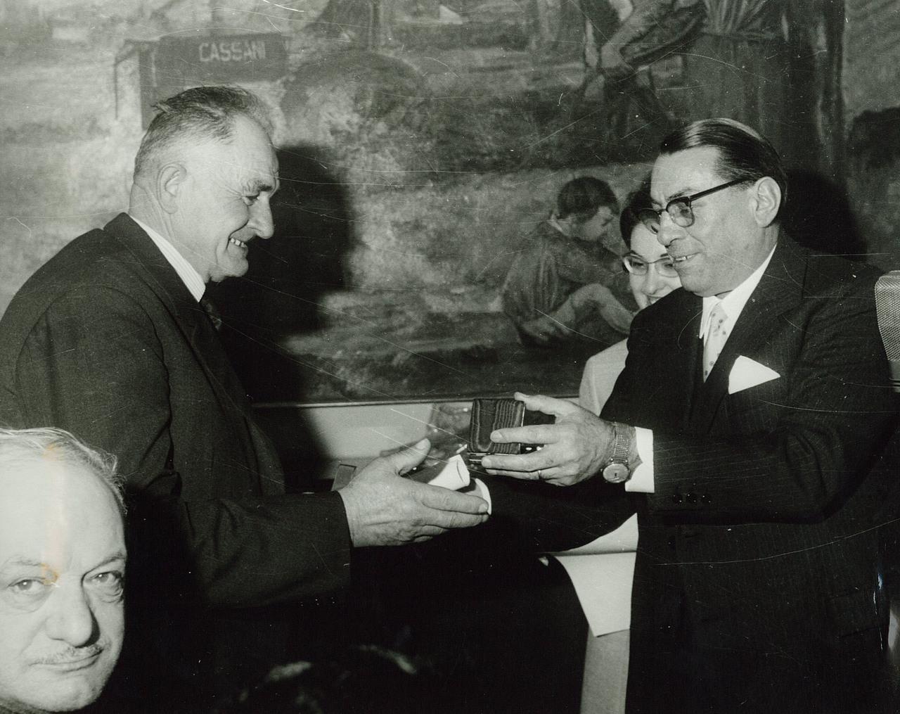 Ing. F. Cassani premia il concessionario Sig. Cavagliato