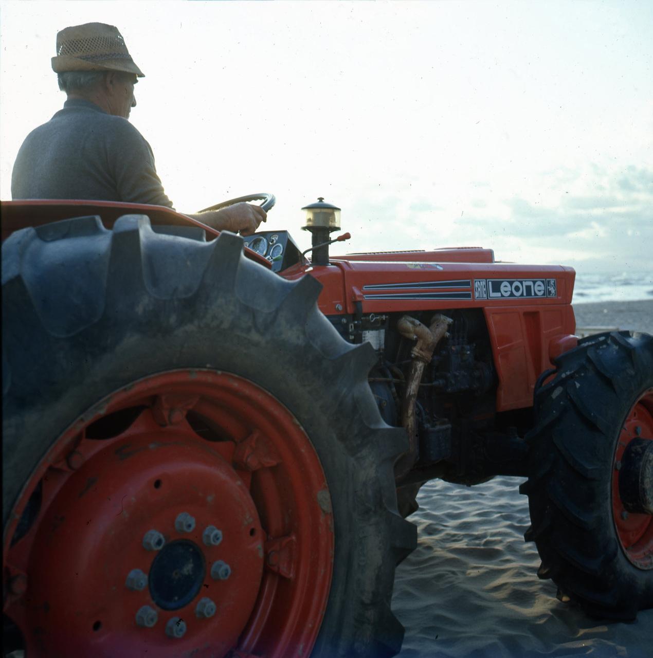 [SAME] trattore Leone su una spiaggia