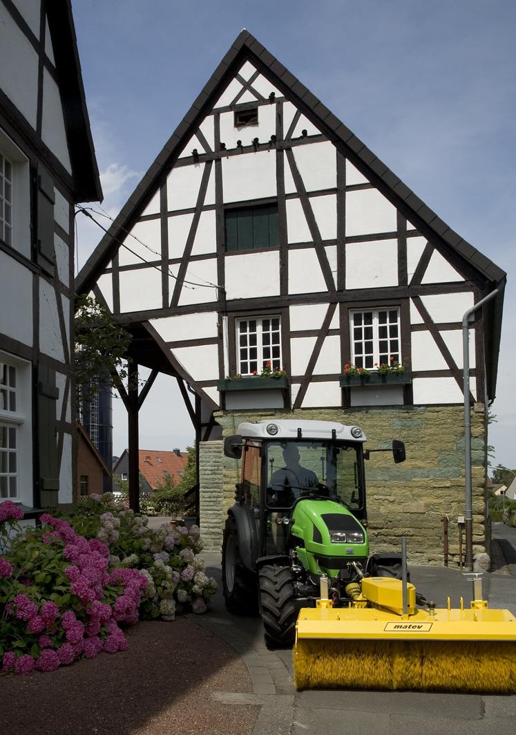 [Deutz-Fahr] trattore Agrokid al lavoro con rullo pulitore