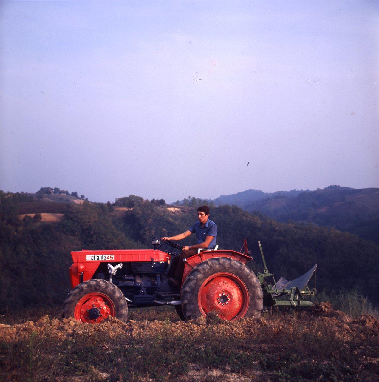[SAME] trattore Atlanta 45 al lavoro con aratro