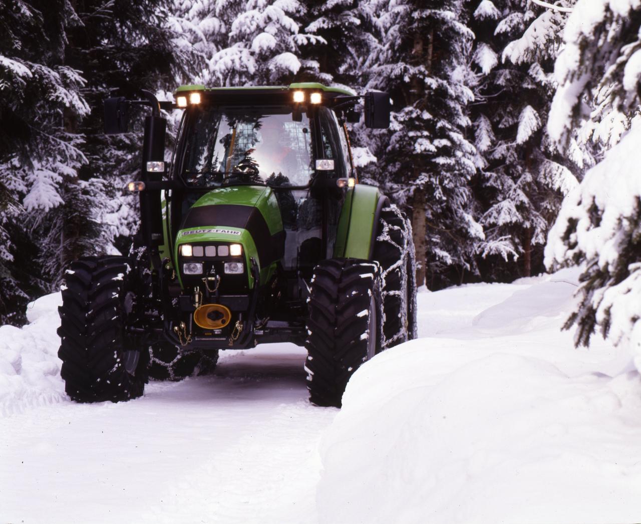 [Deutz-Fahr] trattore Agrotron K 100 in un bosco innevato