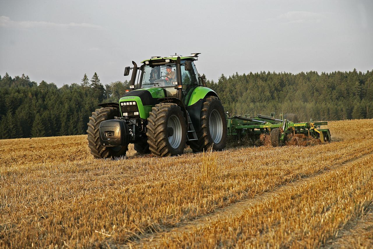 [Deutz-Fahr] trattore Agrotron 265 al lavoro con ripuntatore ed erpice