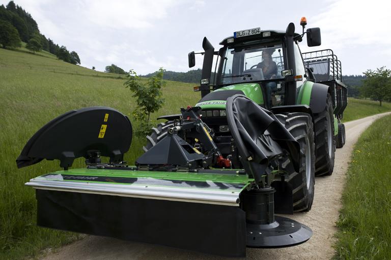 [Deutz-Fahr] trattore Agrotron M 620 al lavoro con barre falcianti e rimorchio
