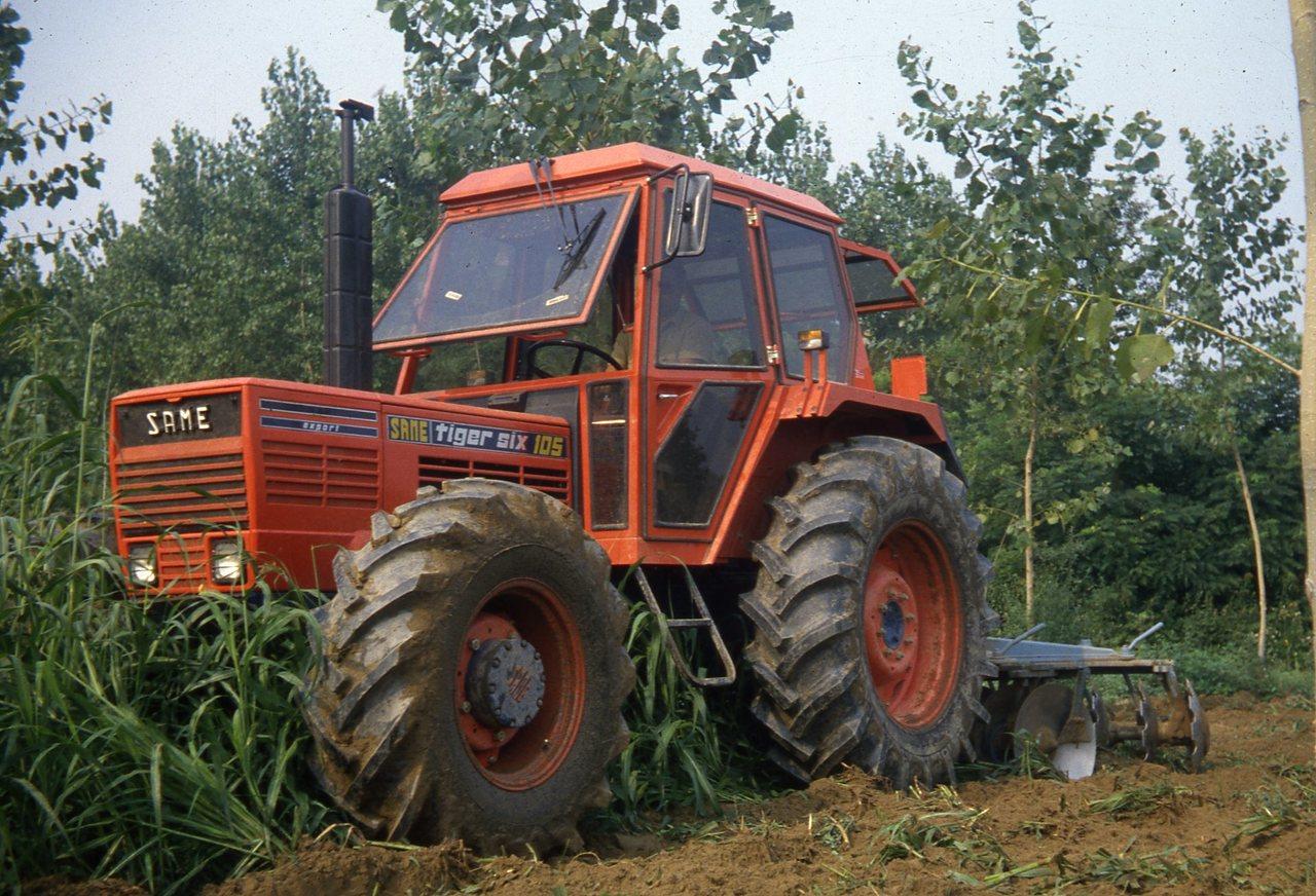 [SAME] trattore Tiger Six 105 al lavoro con erpice