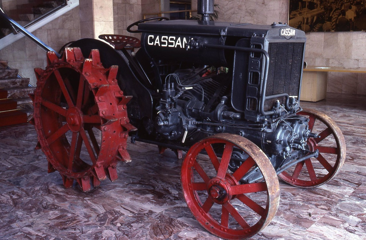[SAME] la Trattrice Cassani esposta nella palazzina direzionale di Treviglio
