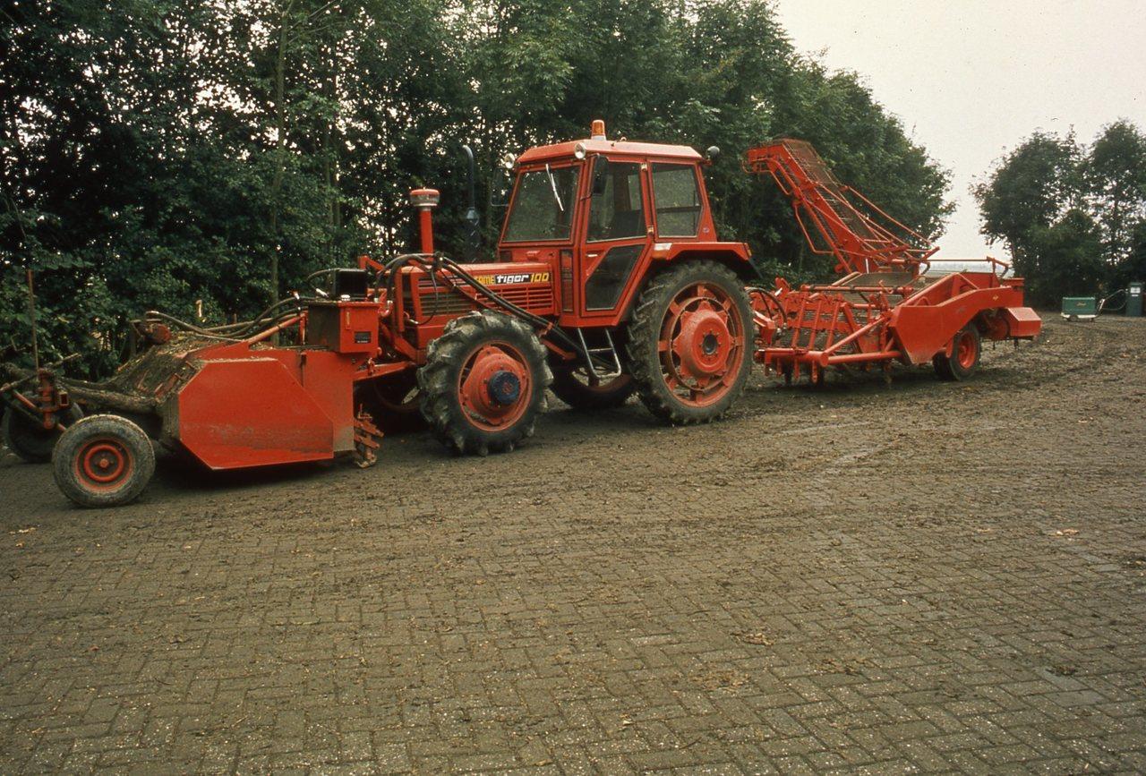 [SAME] trattore Tiger 100 con attrezzatura per la raccolta di tuberi