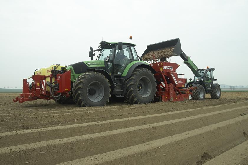 [Deutz-Fahr] trattore Agrotron 7250 TTV al lavoro con Agrovector durante la semina delle patate
