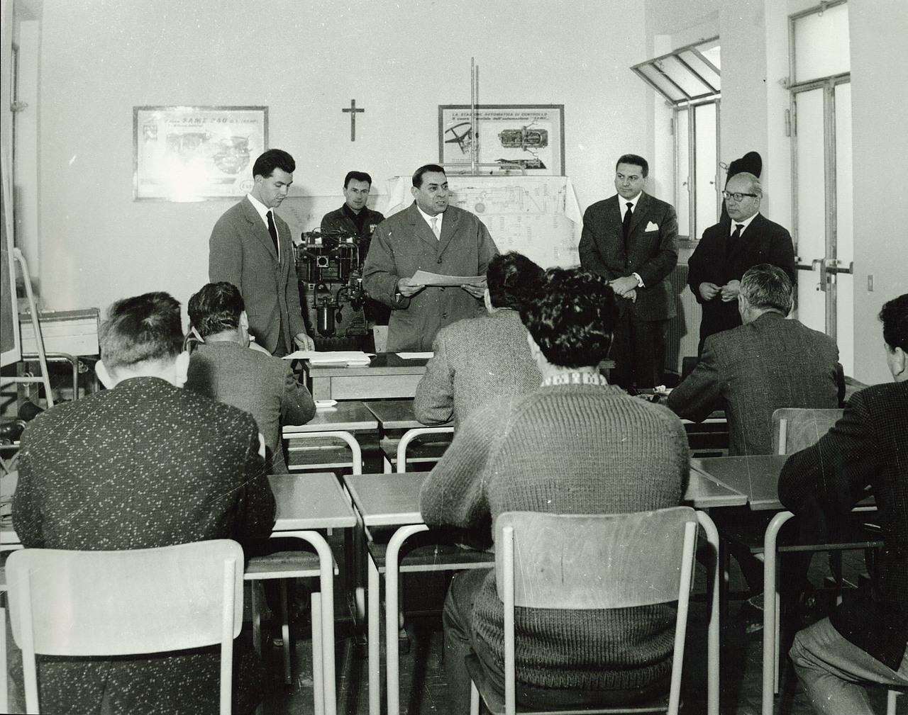 Ing.- F. Cassani consegna i diplomi di partecipazione al corso meccanici